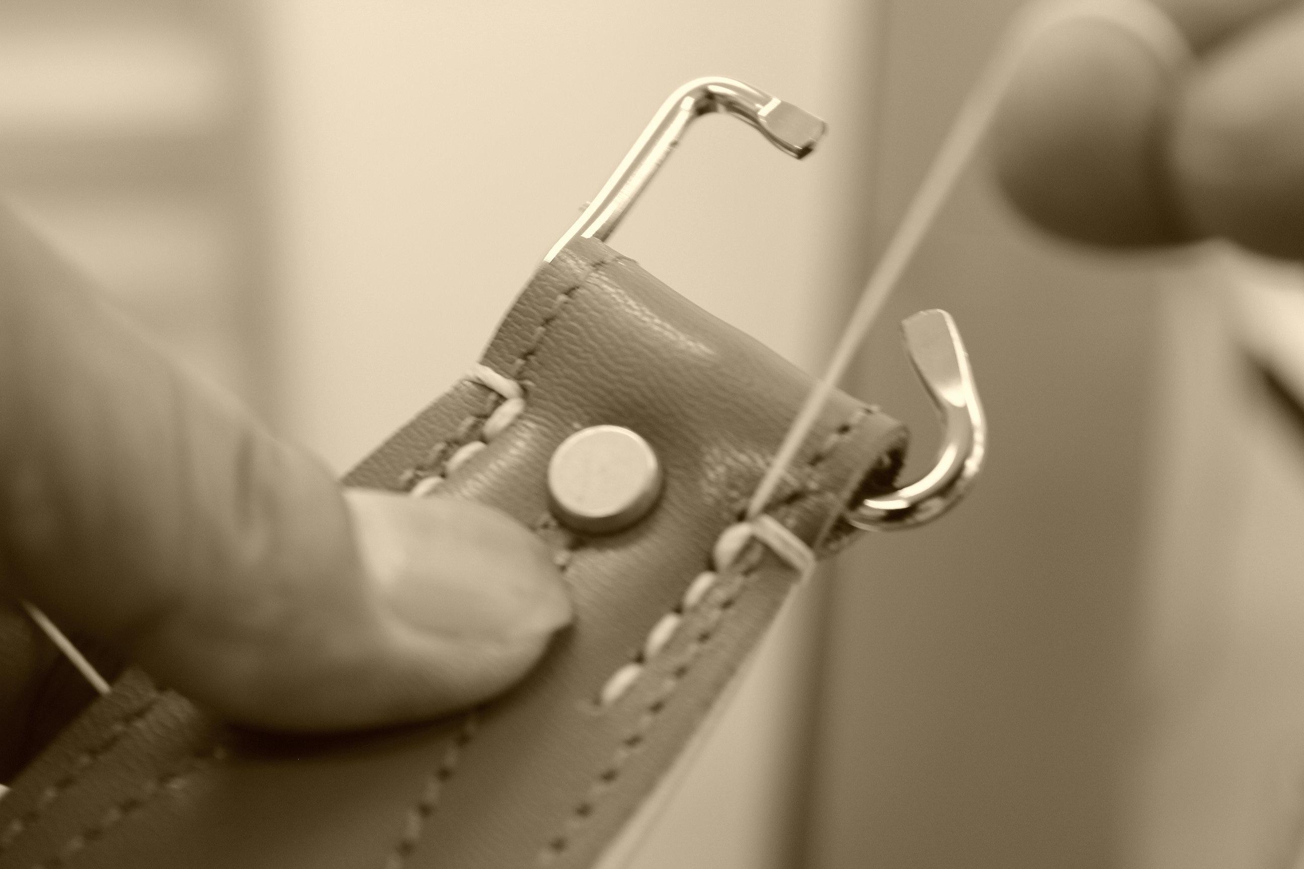 手縫いする写真