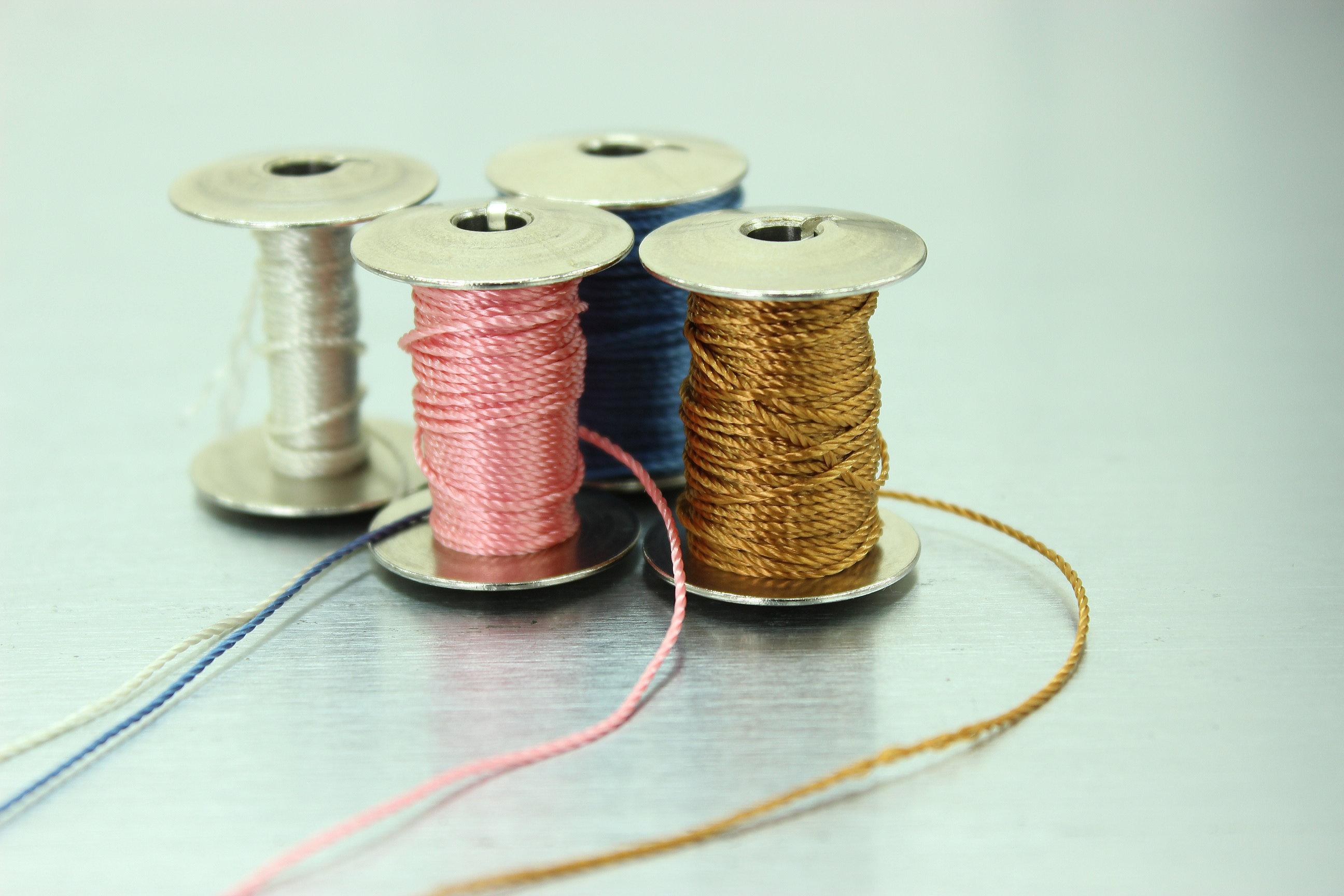多様な色の糸