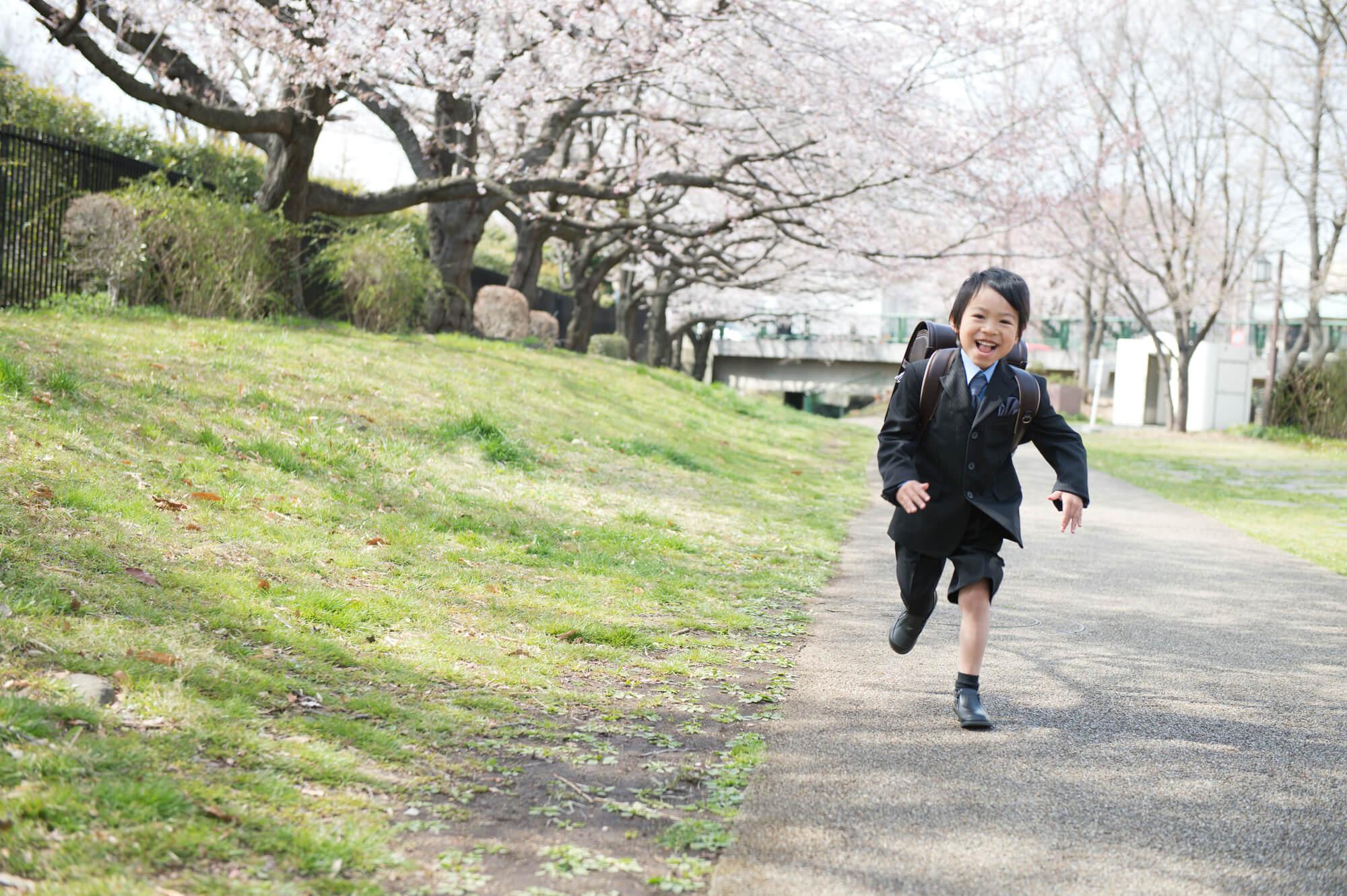 ランドセルを背負って走っている男の子