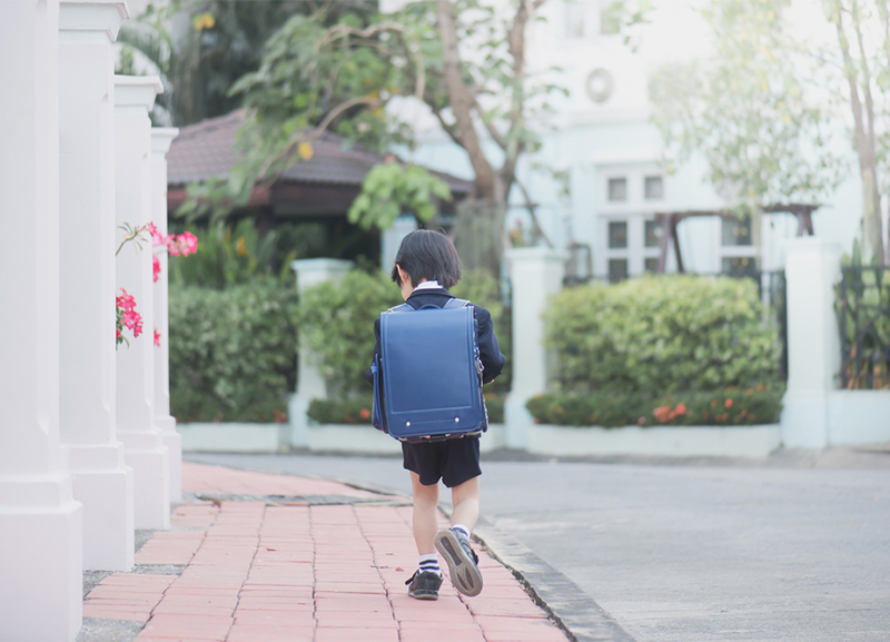 青いランドセルを背負う男の子