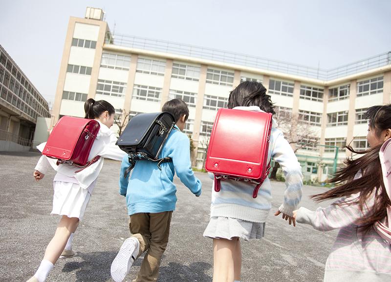 校舎へ向かう児童
