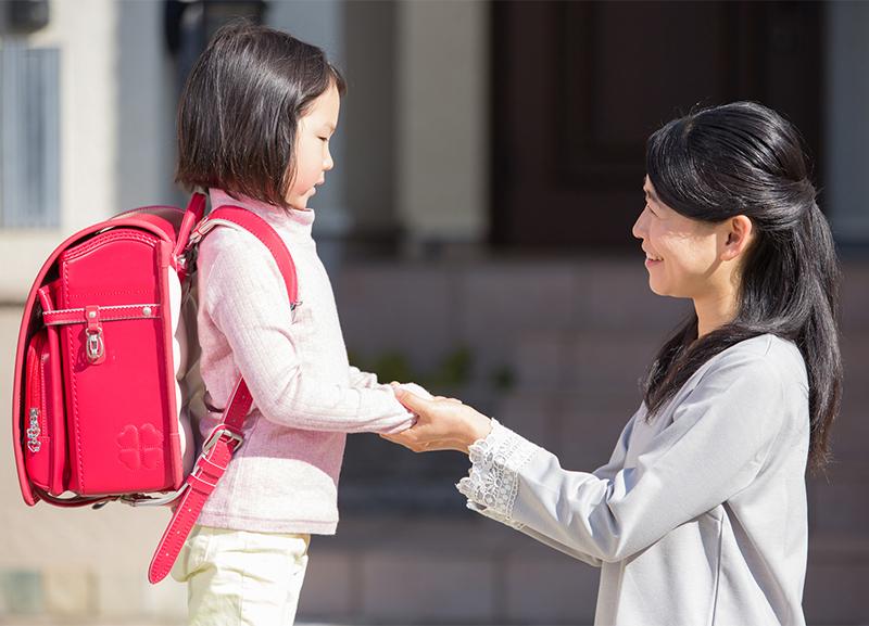 手を握り合う母と子