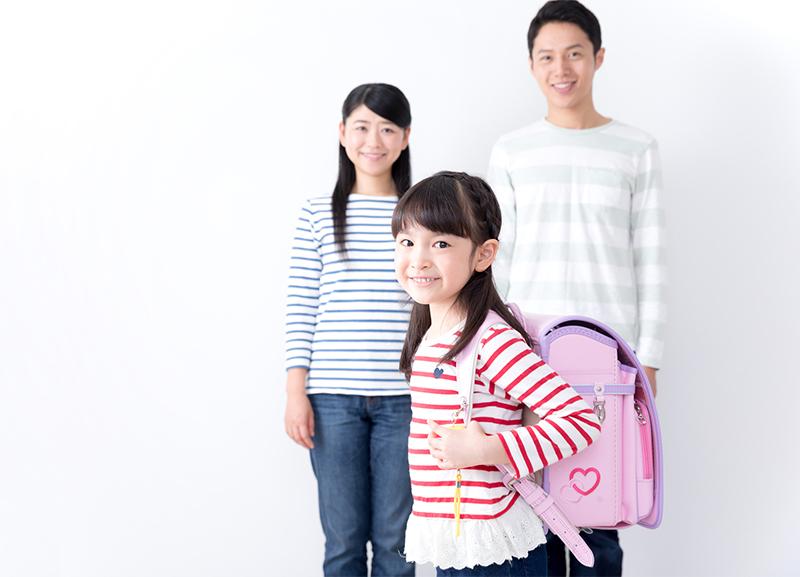 両親の前でランドセルを背負う女の子